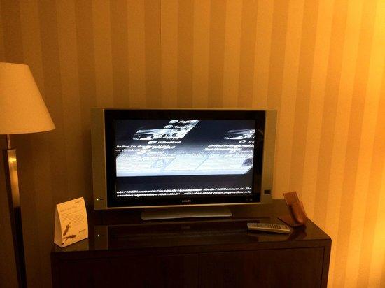 The Westin Valencia: Deluxe room glimmering tv
