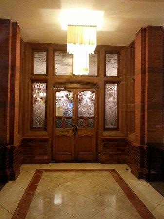 Clayton Crown Hotel: Entrata al pub