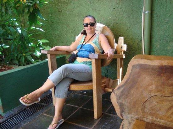 Pousada Evelina: Cadeira da pousada em frente à recepção.