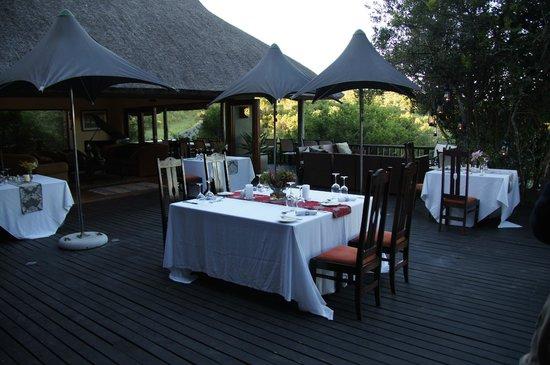 Kichaka Luxury Game Lodge: Abendessen bei schönem Wetter auf der Terrasse bei der Lobby