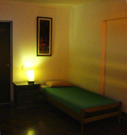 Cirque Hostel: habitación con cama doble y baño afuera