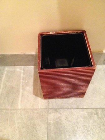 JW Marriott Essex House New York: Waste basket in bathroom