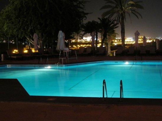 Crowne Plaza Muscat: Der Pool bei Nacht mit Aussicht auf Muscat