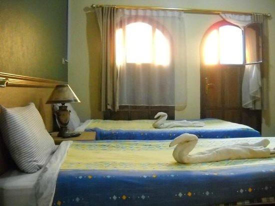 Queen Ayola Hotel: bed