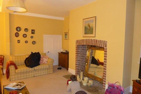 Goss Hall Bed & Breakfast: Coin salon / canapé-lit de la chambre famille
