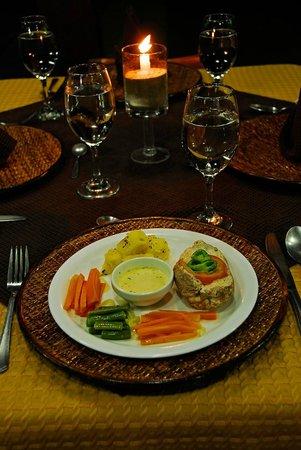 The Wooden House Lodge: Isleño Bar Restaurant