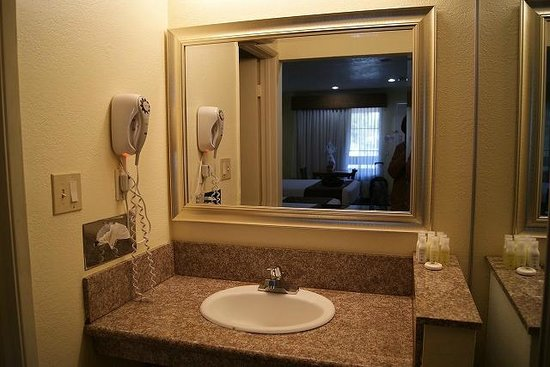 Best Host Inn: バスルームと独立した洗面台