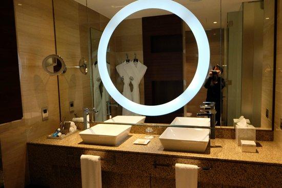 Fairmont Bab Al Bahr: Mirror on the bathroom