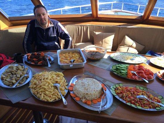 Camel Dive Club & Hotel: Teknede öğle yemeği