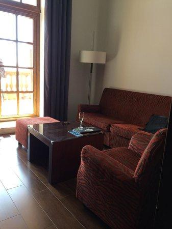 Le Meridien Ra Beach Hotel & Spa: The downstairs livingroom