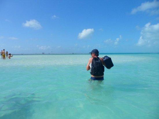 Atravessando para o banco de areia de Playa Paraiso