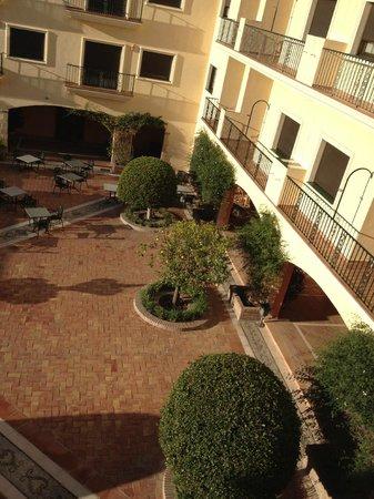 Gran Hotel Benahavis: Vista del patio central desde la habitación