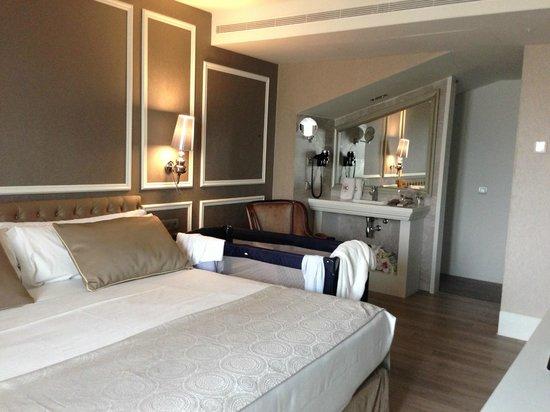 Hotel Catalonia Passeig de Gracia : Раковина и туалет второго уровня