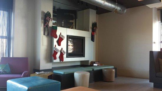 Aloft Richmond West: Lobby sitting area