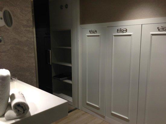Hotel Catalonia Passeig de Gracia : Шкафчики и туалет на первом уровне