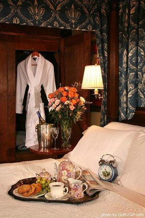 Burlington's Willis Graves Bed and Breakfast Inn: Romance at Willis Graves Bed and Breakfast Inn