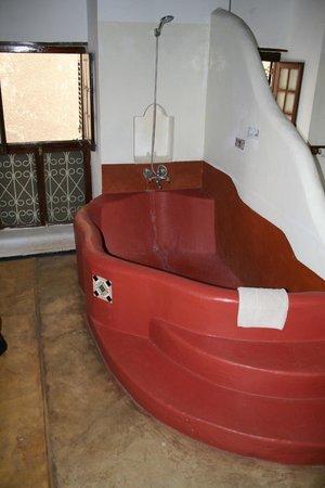 The Swahili House: baignoire avec eau