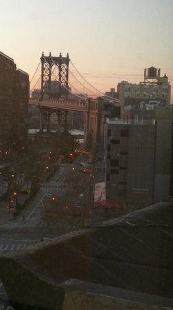 Hotel Richland New York: View from bathroom of Brooklyn Bridge