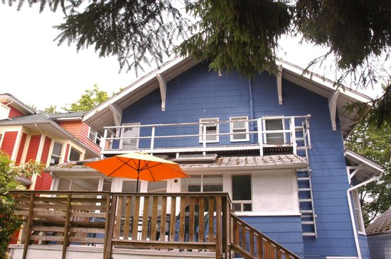 Cambie Lodge Bed & Breakfast: Back deck overlooking the garden