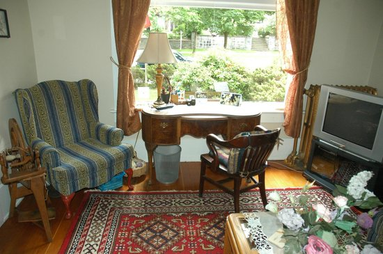 Windsor Guest House: Leslies corner in the living room