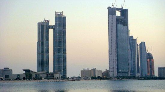 """Hilton Abu Dhabi: Das """"Schmuckkasterl"""" zwischen Wolkenkratzern"""