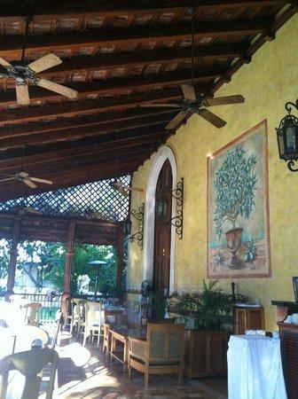 Hacienda Xcanatun: Outdoor Dining patio