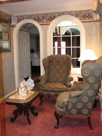 Adele Turner Inn: Sitting room into bedroom