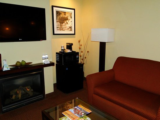 Best Western Plus Inn of Sedona : Fireplace and Seating