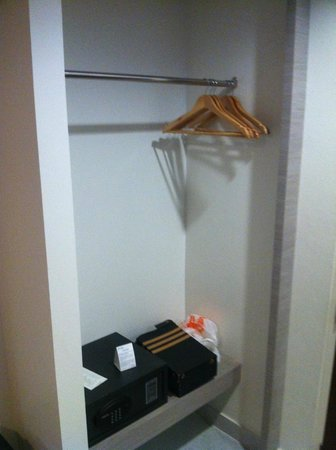 Grand Bella Hotel : No wardrobe in the room