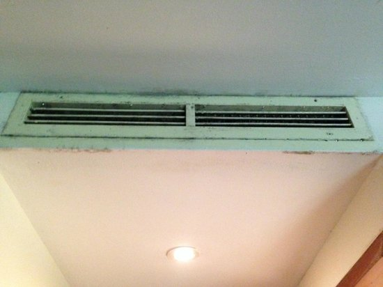 Club Med Cherating Beach: Mouldy air con outlet, usual sight in every room, the worst is, it does not work.