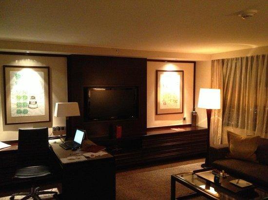 Mandarin Oriental, Jakarta : desk + living room part.