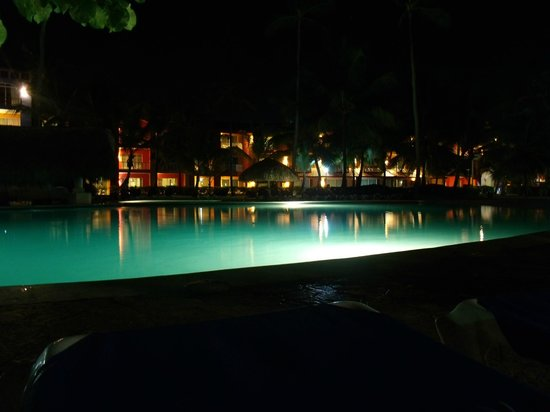 Caribe Club Princess Beach Resort & Spa : vista noturna da piscina