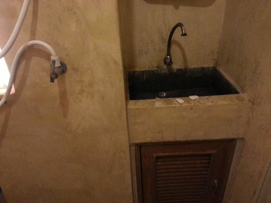 AC Resort : Dirty bathroom