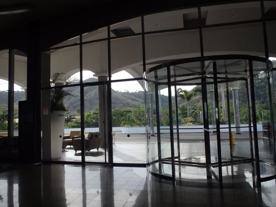 Hotel Riu Palace Costa Rica: View from lobby of mountains out front