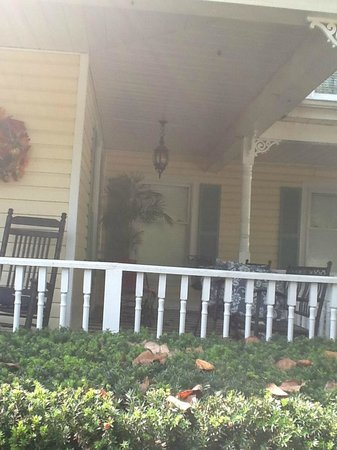 Montgomery Inn BnB: Cold drink, warm day-wrap around porch