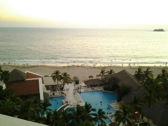 Park Royal Ixtapa: hotel pool & beach area