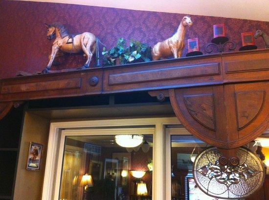 Montgomery Inn BnB: Library-Lobby