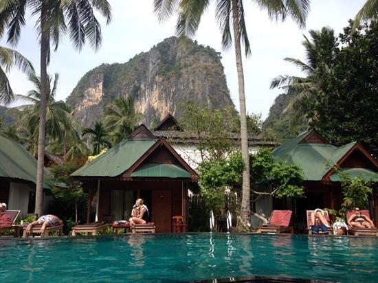 Sand Sea Resort: Pool away from the beach