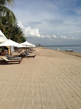 Griya Santrian : Hotel lounges on beach front