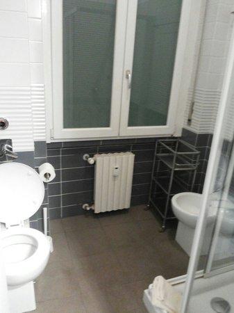 Milan Apartment Rental: Tiny shower