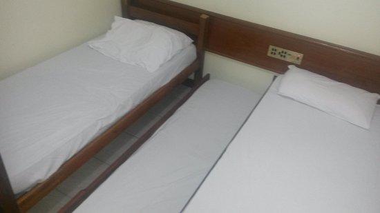 Hotel Praia do Muta : Veja o enorme espaço para a cama auxiliar.