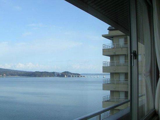 Hotel Kaibo: 客室から見た七尾湾と能登島大橋