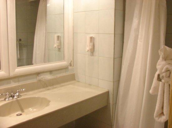 Harmony Suites: suite bath