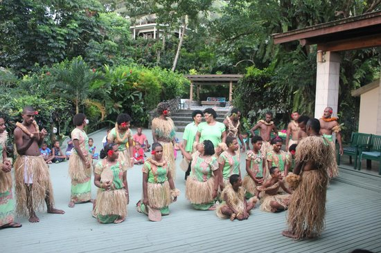 Koro Sun Resort and Rainforest Spa : A traditional Fiji song and dance performance