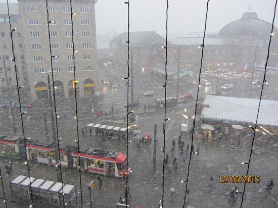 Le Meridien Grand Hotel Nurnberg: View toward Central Station while snowing