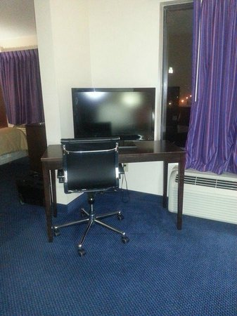 Red Roof Inn Richmond, KY: TV And Desk Extra Room