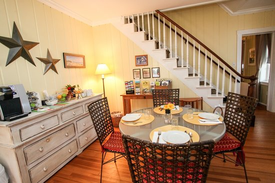 The Homestead at Rehoboth Bed & Breakfast : Stairs and Breakfast Room