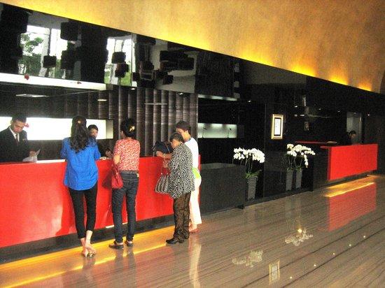 Hotel Santika Premiere Dyandra Medan: フロントは2階にあります