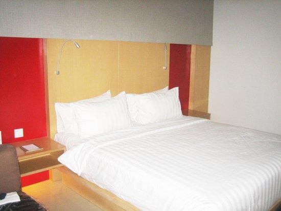 Hotel Santika Premiere Dyandra Medan: ベットは大きいのでゆったりできます