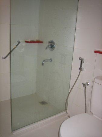 Hotel Santika Premiere Dyandra : シャワールームのみでトイレにはトイレシャワ